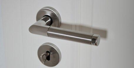 Открыть входную дверь